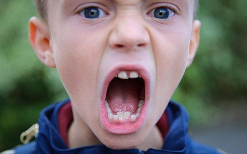 Мальчик челюсти