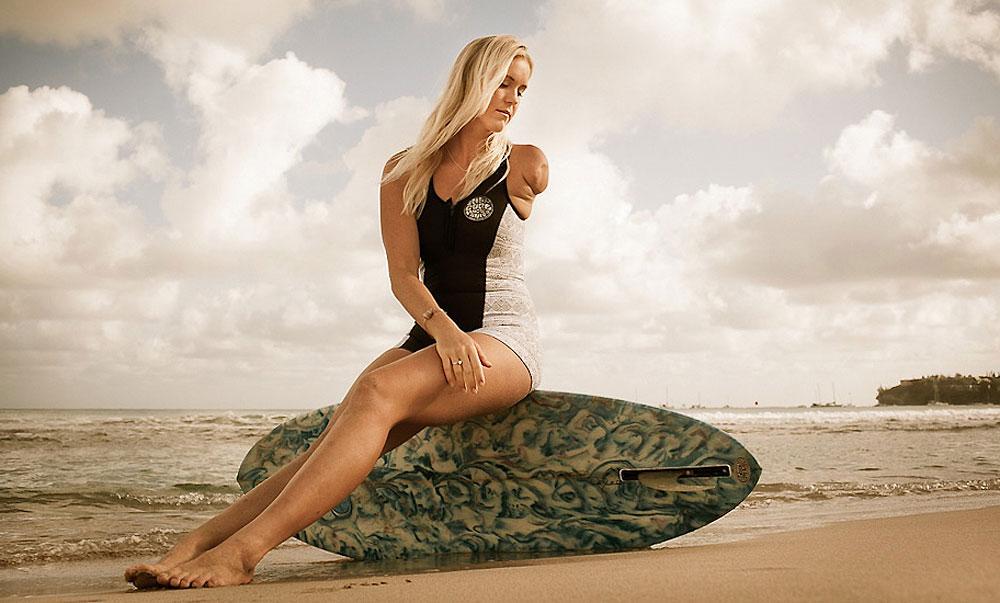 Девушка защищает акул фото
