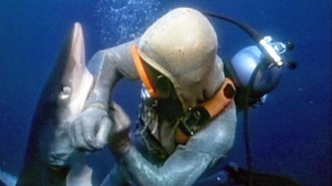 Фото: акула кусает дайвера за руку