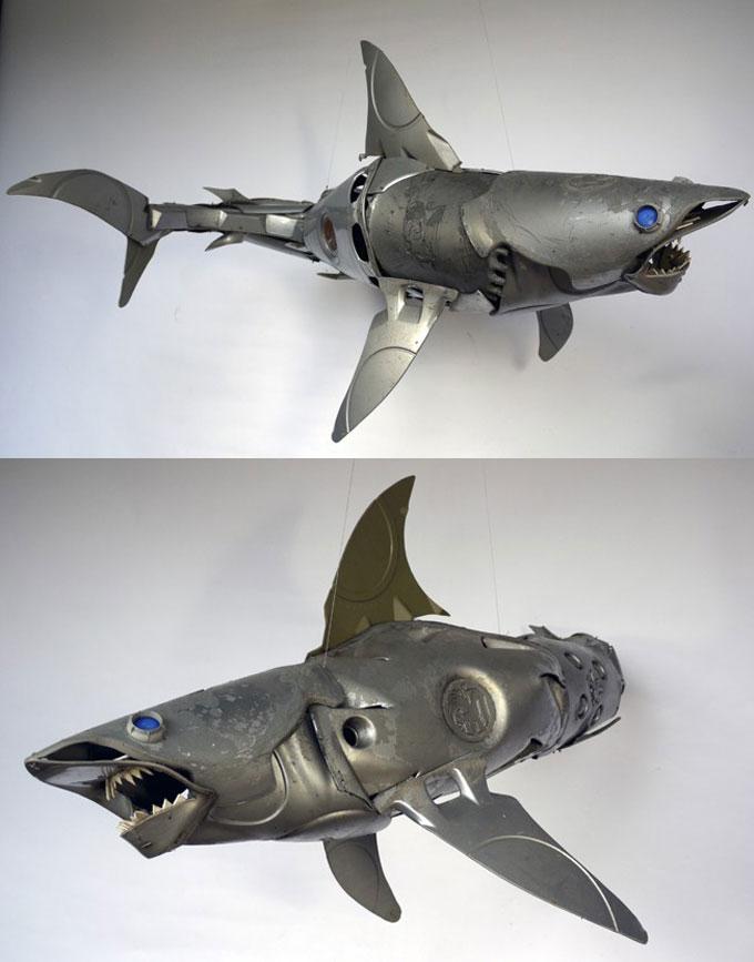 Художественная скульптура акулы из металлолома