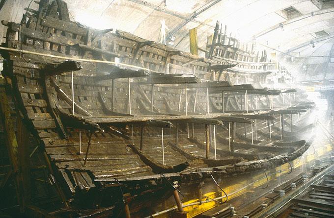Изучение корпуса древнего затонувшего деревянного корабля